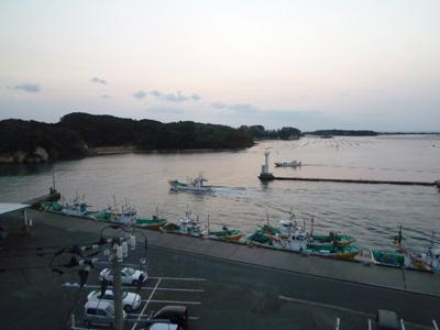 夜明けから漁に行く船。
