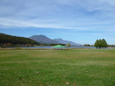 後方の右は、妙高山。左が黒姫山。