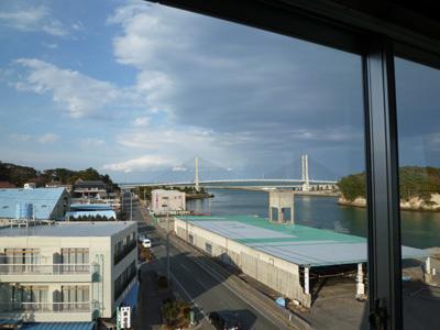 漁港と橋も見えるだ。