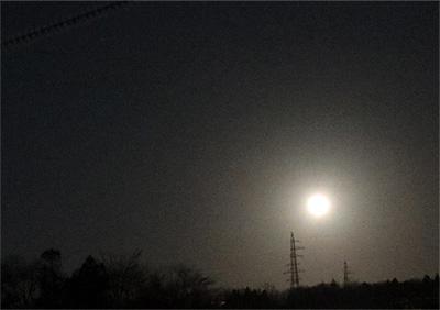 ( 1日おくれの月が見えた )