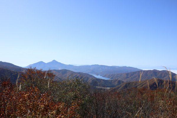 (  磐梯山と檜原湖 )